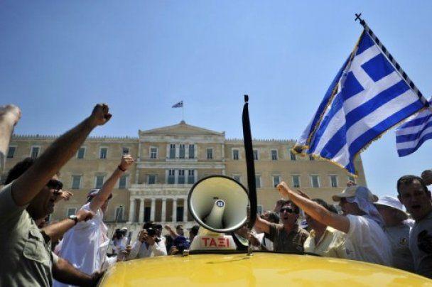 Сотни таксистов заблокировали аэропорты и шоссе в Греции