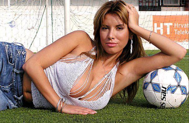 Модель Playboy підписала контракт з футбольним клубом