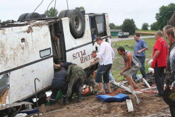 На трассе Киев-Чоп перевернулся автобус, который ехал из Германии - есть жертвы
