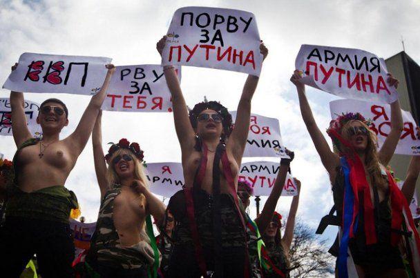 """FEMEN вступили в """"армію"""", готову """"порвати за Путіна"""""""