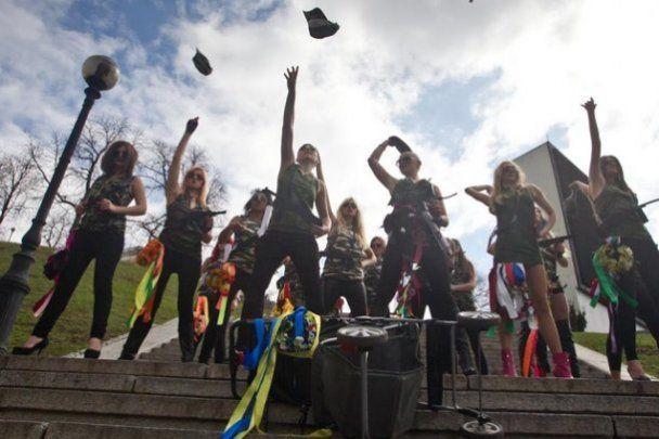 "Активистки FEMEN топлесс на Майдане поддержали ""Армию Путина"""