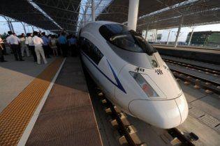 У Китаї два вагони швидкісного потягу зірвалися в річку
