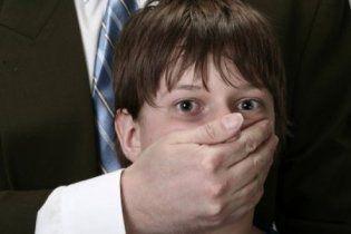 Учитель, обвиняемый в педофилии, забил себе в голову металлический шуруп