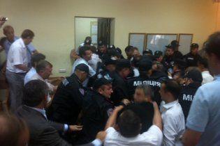 В Печерському суді депутати знову побились з міліцією (відео)