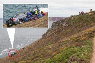 Жінка просиділа 20 годин в машині, яка балансувала на краю прірви (відео)