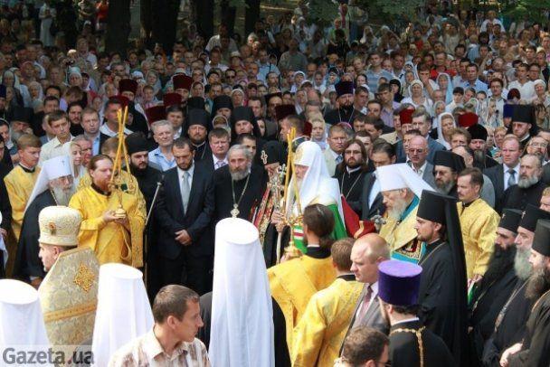 """Патріарх Кирило приїхав на молебень у розкішному """"Мерседесі"""""""