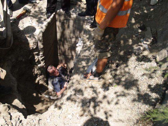 Чоловік помер після 16 годин перебування у вузькій ямі2