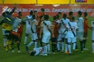 Бразильский вратарь чуть не убил соперника приемом кунг-фу (видео)