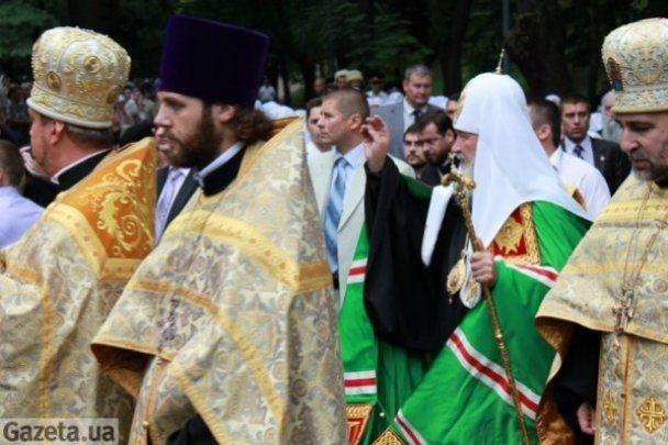 """Патриарх Кирилл приехал на молебен в роскошном """"Мерседесе"""""""
