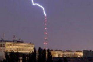 Блискавка потрапила прямо в київську телевежу