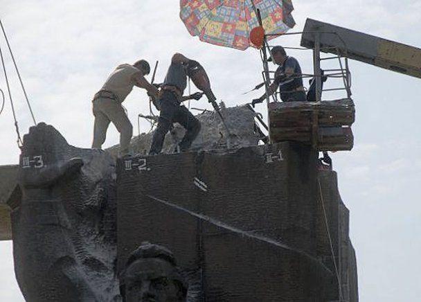 В Харькове сносят монумент в честь советской власти