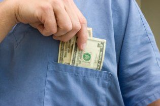 Українським медикам пообіцяли заробітки до 5 тисяч гривень