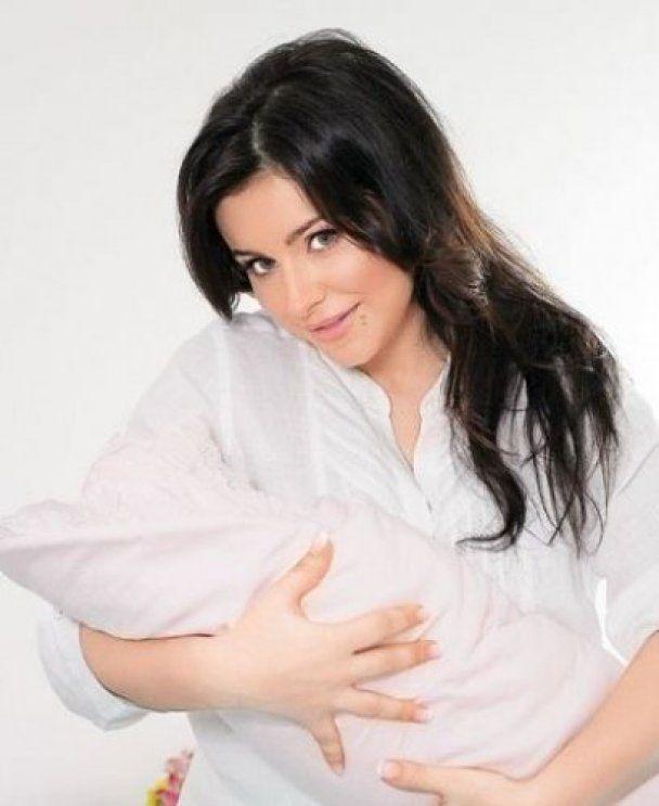 Ані Лорак вперше після пологів вийшла на сцену і показала пишні груди