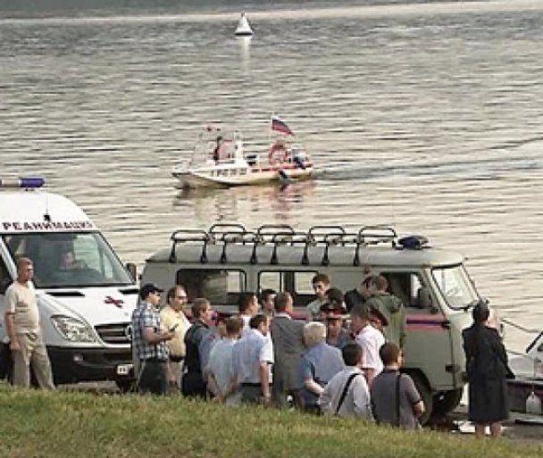 Затонувший на Москве-реке катер достали со дна: судьба одного погибшего все еще неизвестна