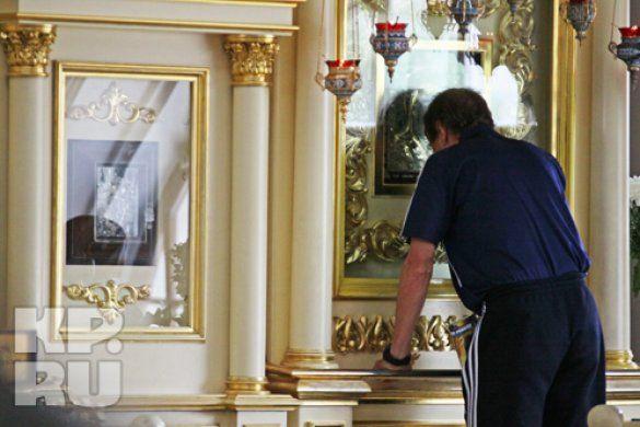 Юрій Сьомін молиться іконі