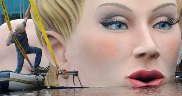 Скульптура блондинки в Гамбурзі