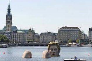 У Гамбурзі встановлено незвичну скульптуру блондинки у воді