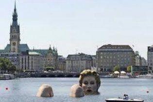 В Гамбурге установили необычную скульптуру блондинки в воде