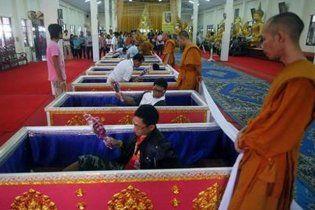 У Таїланді з'явився храм, де можна почати життя заново, провівши свій похорон