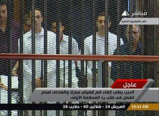 Суд над Мубараком: 83-летний президент предстал перед судом лежа на носилках