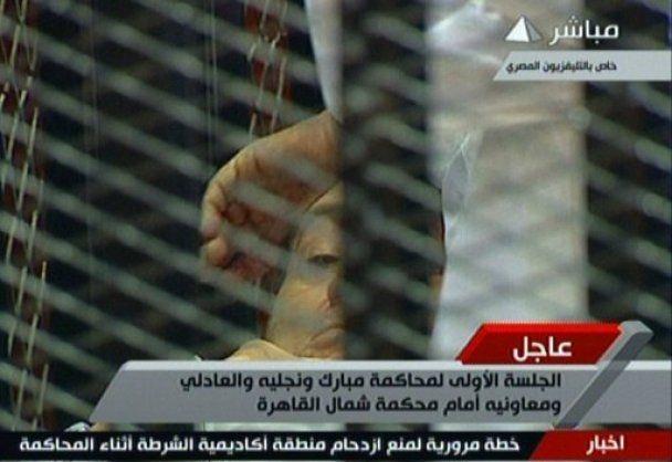 Суд над Мубараком: 83-річний президент з'явився перед судом лежачи на ношах