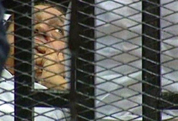 Мубарак и его сыновья отказались признавать себя виновными