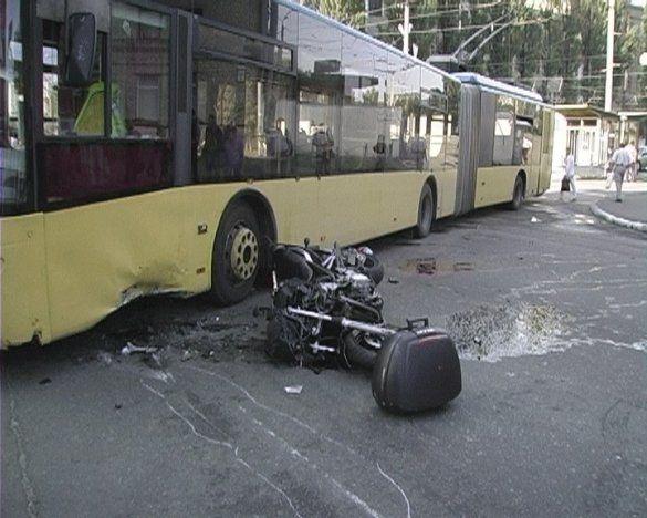 Мотоцикл врізався в тролейбус, Київ_3
