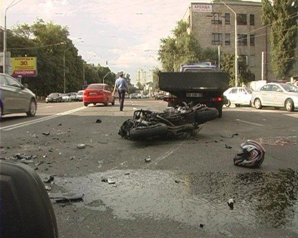 У Києві мотоцикліст на смерть розбився об тролейбус