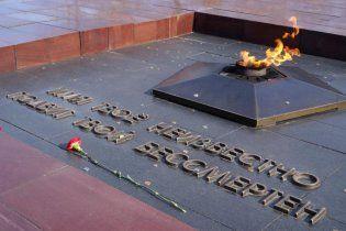 У Росії двоє чоловіків загасили пивом Вічний вогонь