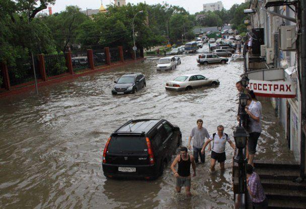 На Владивосток обрушился мощный тайфун, затопив город