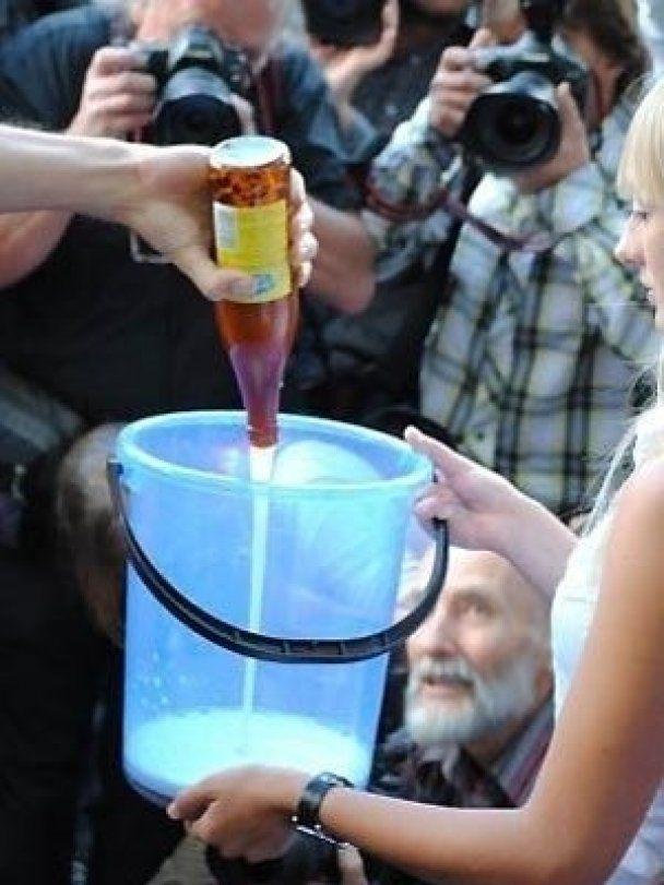 В центре Москвы фанатки Медведева раздевались в обмен на пиво