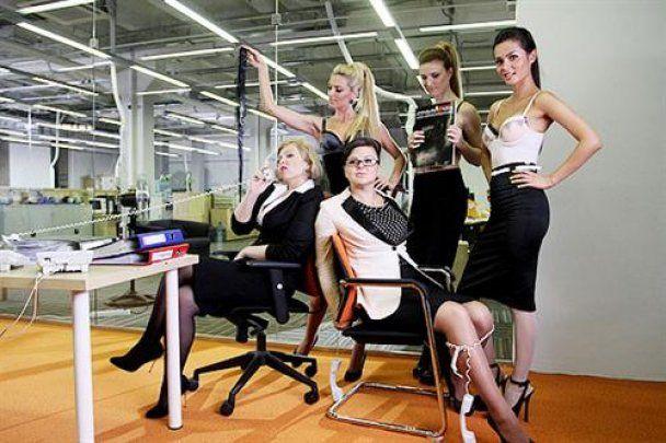 """Девушки из """"Фабрики"""" устроили стриптиз в офисе"""