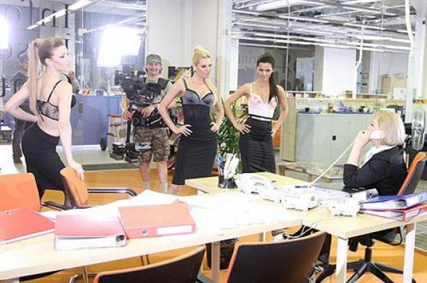 """Дівчата з """"Фабрики"""" влаштували стриптиз в офісі"""