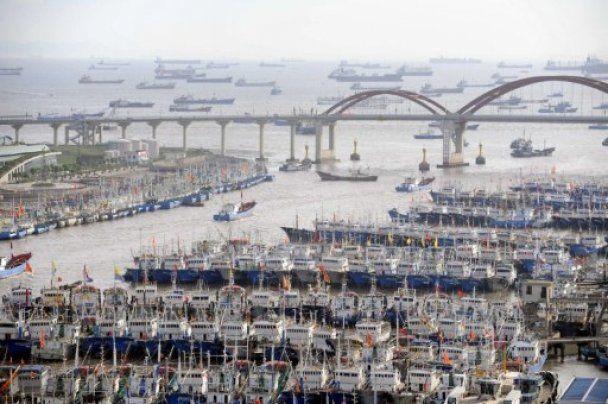 Мощный тайфун обрушился на Японию и движется на Китай