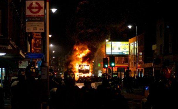 В Лондоні близько 300 людей влаштували погром через вбивство таксиста
