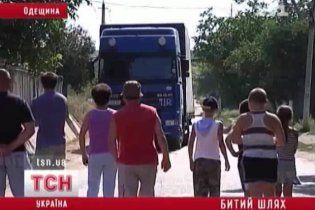 Жители Рени перекрыли трассу на Одессу и готовы ложиться под фуры