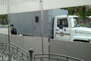 Тимошенко и Луценко привезли в суд в одном автозаке