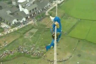 Китайський спортсмен пройшовся на висоті 100 м по мотузці, натягнутій між повітряними кулями