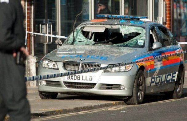 В Британии разъяренная молодежь забросала полицию урнами