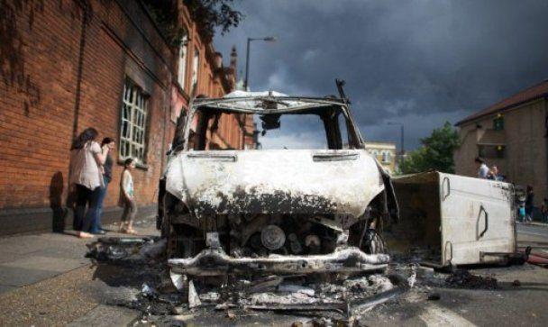 У Британії розлючена молодь закидала поліцію урнами