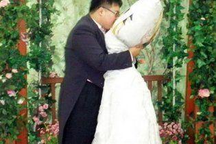 Кореец взял в жены подушку из Японии (видео)