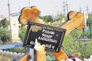 Пьяные подростки устроили дискотеку на кладбище и сломали более 20 памятников