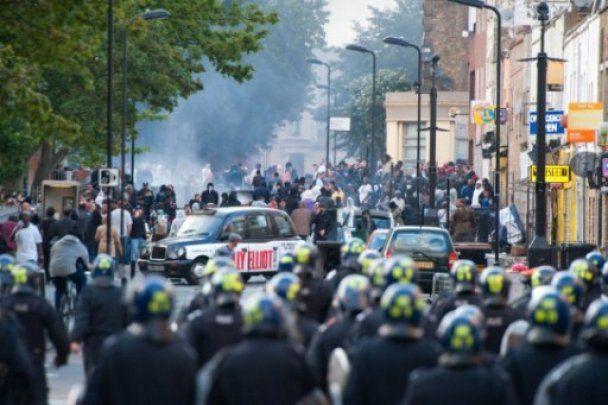 Британка влаштувала сенсацію в Інтернеті, безстрашно виступивши проти мародерів (відео)