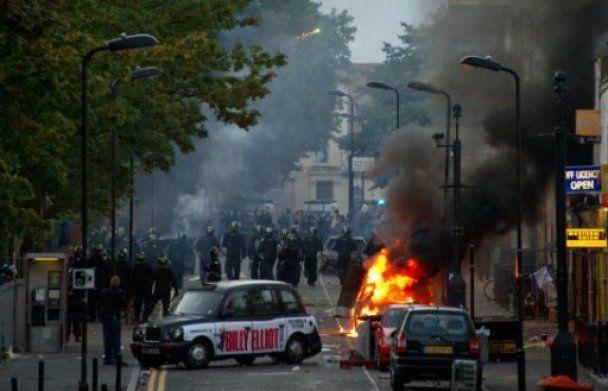 Уряд Британії готовий ввести війська, щоб розібратися з мародерами