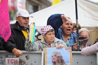 Противники і прихильники Тимошенко побилися і закидали один одного макаронами