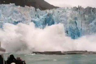 Величезна брила льоду ледь не потопила яхту з туристами (відео)