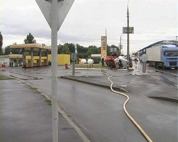 У Києві за кілька метрів до заправки перекинувся бензовоз