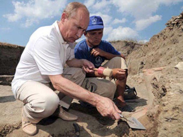 Путин нашел две старинные амфоры, погрузившись в море