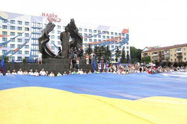 Найбільший в світі синьо-жовтий прапор розгорнули в Україні