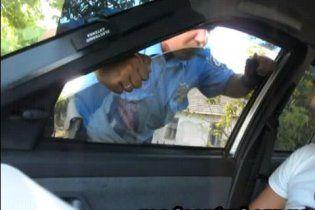 В Херсоне гаишник пытался через окно проникнуть в автомобиль водителя (видео)